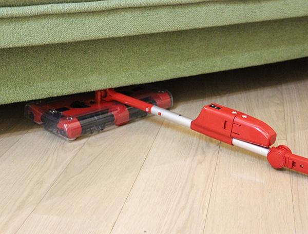Электрическая швабра Свипер G3 под диваном